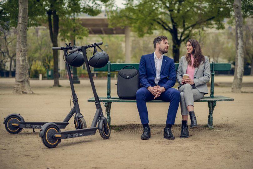 Ninebot max -couple sur un banc